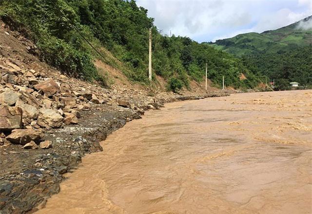 Nhiều đoạn đường ở Nghệ An bị xóa sổ sau mưa lũ
