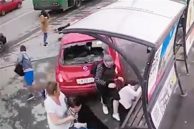 Clip: Nữ tài xế đạp nhầm chân ga, ôtô gây tai nạn hàng loạt