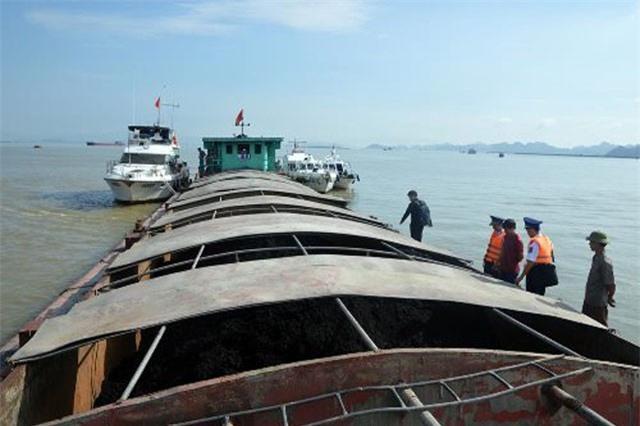 Cảnh sát biển tạm giữ tàu chở 500 tấn than không giấy tờ
