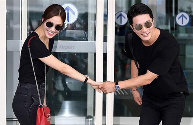 Vợ chồng Kwon Sang Woo tình tứ ở sân bay