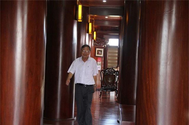 Ông Nguyễn Văn Lân, chủ nhân của căn nhà gỗ nổi tiếng. Ông Lân từng là chủ một doanh nghiệp xây dựng có tiếng ở Hà Tĩnh.