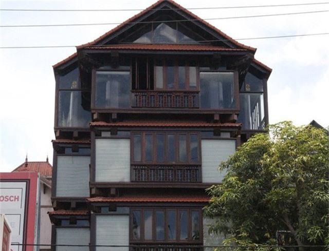 Ngôi nhà 5 tầng bằng gỗ sao xanh có xuất xứ từ Lào nằm tọa lạc trên mặt đường QL1A.