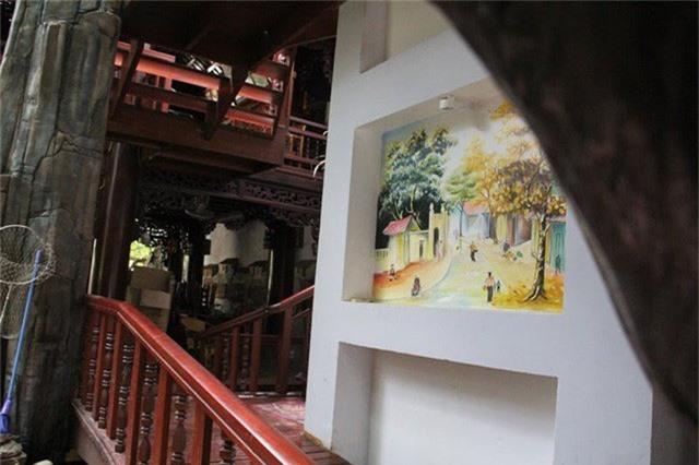 Các lối đi lên hành lang được họa sĩ vẽ phối cảnh, làm nổi bật căn nhà gỗ giá trị.