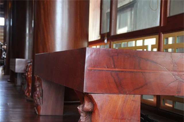 Những tấm phản gỗ được bài trí trong nhà.