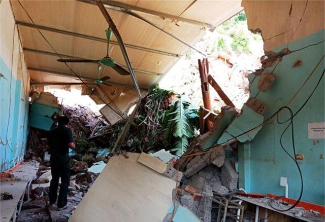 Căn nhà ông Thái bị hư hỏng rất nặng sau khi đất đá đổ sập.