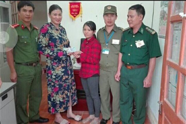 Chị Mai (áo kẻ đỏ) trả lại toàn bộ số tiền cho người đánh rơi.