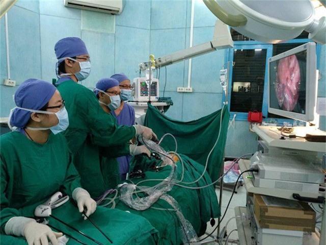 Các bác sĩ thực hiện nội soi cắt nang tuyến phổi đồng thời đặt dụng cụ nâng lồng ngực cho bệnh nhân