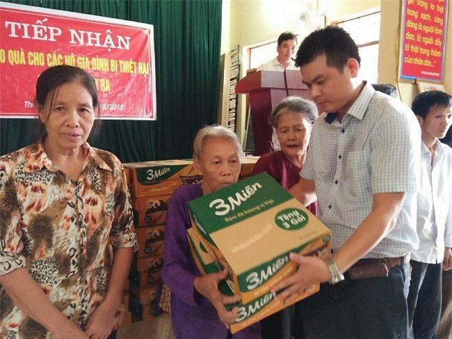 Ông Đặng Trung Cường, GĐ Công ty Reporter VN, đại diện Báo Doanh nghiệp VN trao quà cho người dân xã Thanh Xuân, H.Thanh Chương, tỉnh Nghệ An.