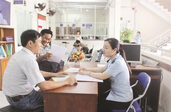 Công chức Chi cục Hải quan quản lý hàng đầu tư (Cục Hải quan TP.HCM) hướng dẫn thủ tục cho DN. Ảnh: Thu Hòa.