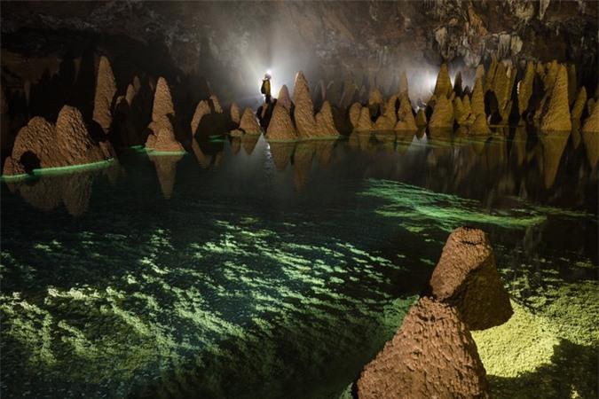 Hệ thống thạch nhũ độc đáo trong hang Va. Ảnh: Ryan Deboodt