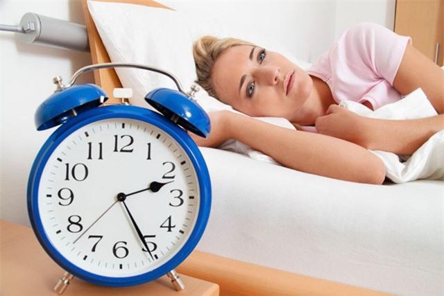 10 thực phẩm gây khó ngủ không nên ăn vào buổi tối