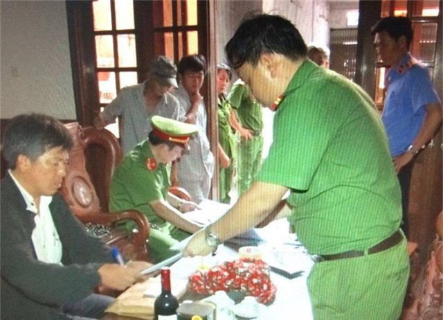 Cơ quan CSĐT Công an tỉnh Bình Định thực hiện lệnh bắt tạm giam đối với Nguyễn Phúc Tuấn.