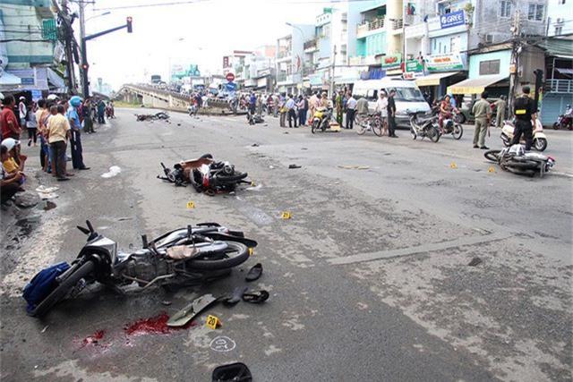 Tại hiện trường nhiều xe máy nằm ngổn ngang