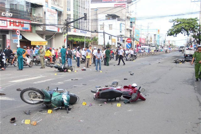 Trong vụ tai nạn kinh hoàng này làm 10 người bị thương, trong đó có 4 người bị thương nặng