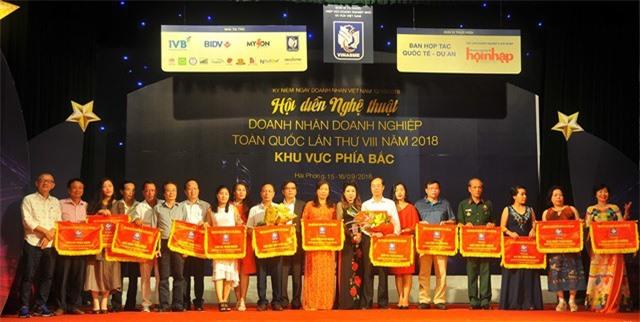 Các đoàn nghệ thuật đoạt giải cao tại Hội diễn. (Ảnh Nguyễn Thảo)