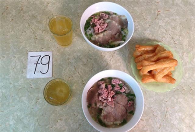 Khách xếp số chờ tới lượt trong quán phở không tên ở Hà Nội
