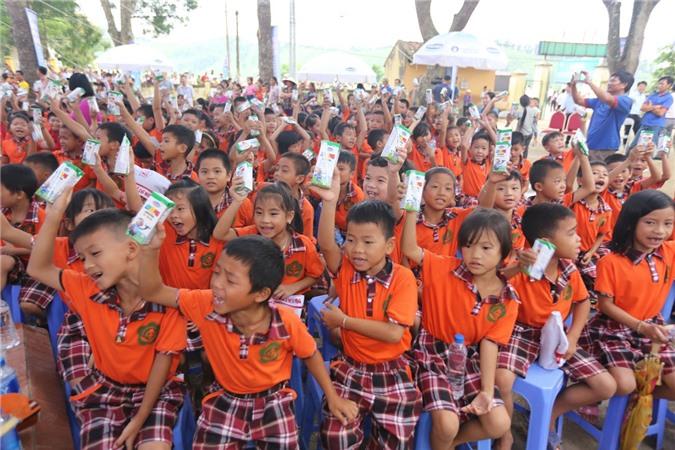 Quỹ sữa vươn cao Việt Nam và Vinamilk đem niềm vui ngày Tết Trung thu đến cho trẻ em Vĩnh Phúc