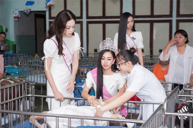 Tiểu Vy cùng các người đẹp Hoa hậu VN thăm trẻ khuyết tật