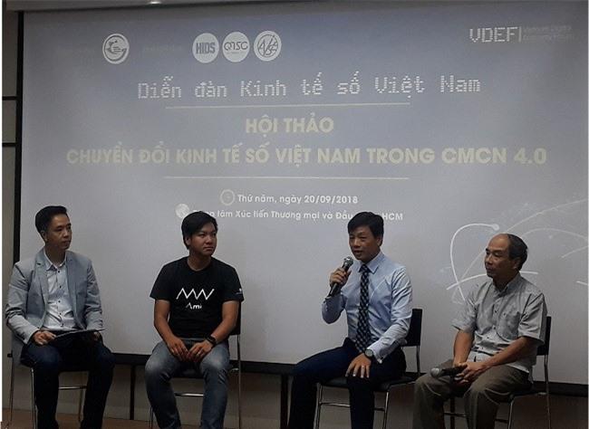 Các chuyên gia, diễn giả chia sẽ những kinh nghiệm về CMCN 4.0 đến doanh nghiệp vừa và nhỏ.