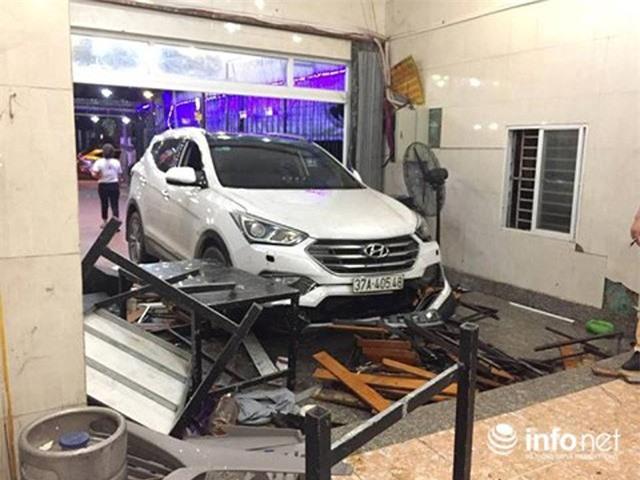 Hà Tĩnh: Xe ôtô lao vào quán nhậu, hàng chục người bị thương