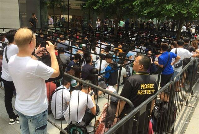 Clip: 'Biển người' xếp hàng chờ mua iPhone Xs, iPhone Xs Max ở Singapore
