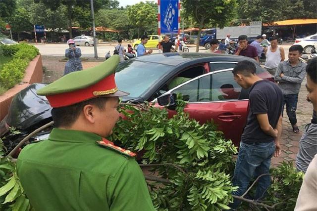 Xe Mazda 3 'náo loạn' Hà Nội lại gây tai nạn