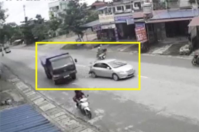 Clip: Trả giá đắt vì đột ngột dừng xe giữa đường ở Thái Nguyên