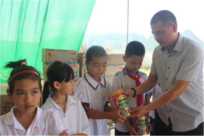 Tạp chí Điện tử Doanh nghiệp Việt Nam phối hợp với Công ty Nutifood tặng sữa cho học sinh vùng lũ