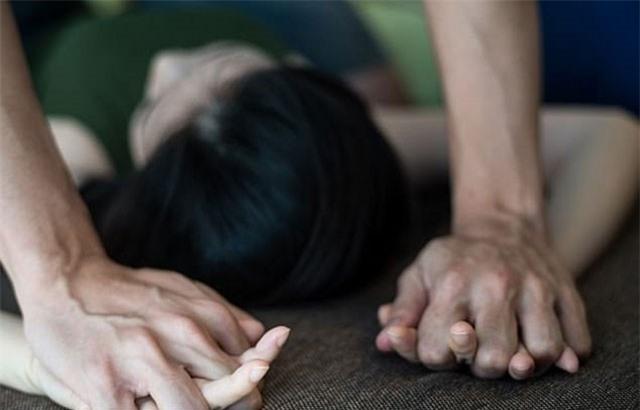 Đang nằm nghỉ, thiếu nữ bị nam thiếu niên xông vào nhà hiếp dâm