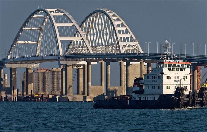 Hai tàu chiến Ukraine đi qua cầu Crimea