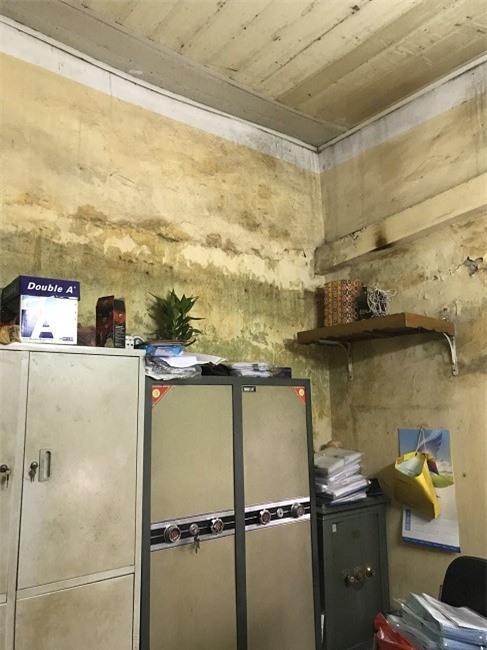 Văn phòng làm việc của Doanh nghiệp tư nhân Việt Long xuống cấp trầm trọng do nhiều năm không được sửa chữa.