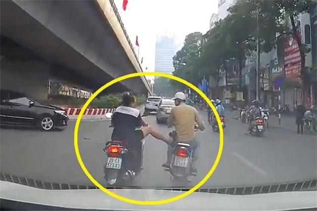 Clip: Suýt va chạm giao thông ở Hà Nội, người phụ nữ hành động như giang hồ
