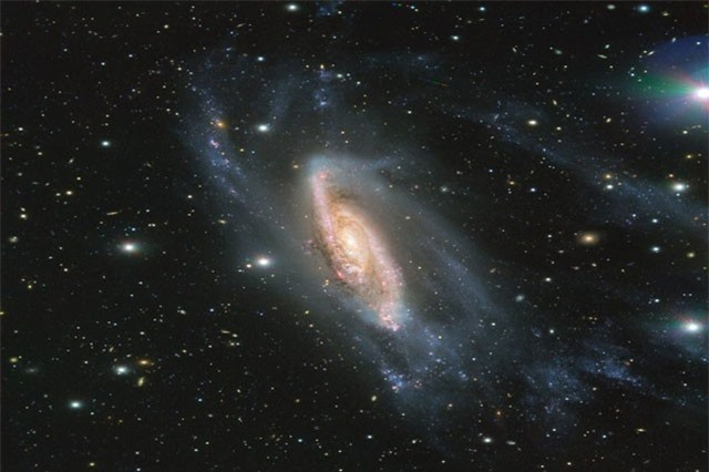 """""""Soi"""" tiểu hành tinh lạ lấp ló sau thiên hà lấp lánh"""