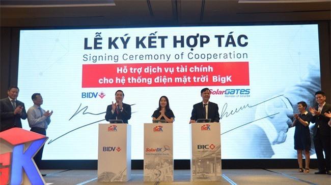 Lễ ký kết hợp tác giữa các bên về năng lượng mặt trời.
