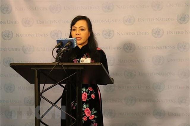Bộ trưởng Y tế Nguyễn Thị Kim Tiến phát biểu trước báo giới sau phiên họp. (Ảnh: Hoài Thanh/TTXVN).