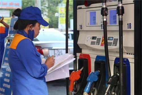 Nhân viên cửa hàng xăng dầu chốt chỉ số bán hàng trong ngày. Ảnh: Ngọc Thành