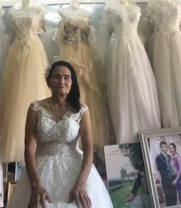 Nghệ An: Cô dâu u70 tuổi thử váy cưới khiến cư dân mạng xôn xao - Ảnh 1.