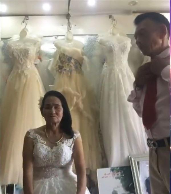 Nghệ An: Cô dâu u70 tuổi thử váy cưới khiến cư dân mạng xôn xao - Ảnh 2.