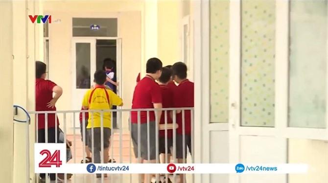 Trường quá tải nên học sinh phải học nhờ trường khác. Khuôn viên của ba lớp Một chỉ vỏn vẹn một hành lang chật hẹp được ngăn lại bởi hàng rào sắt.