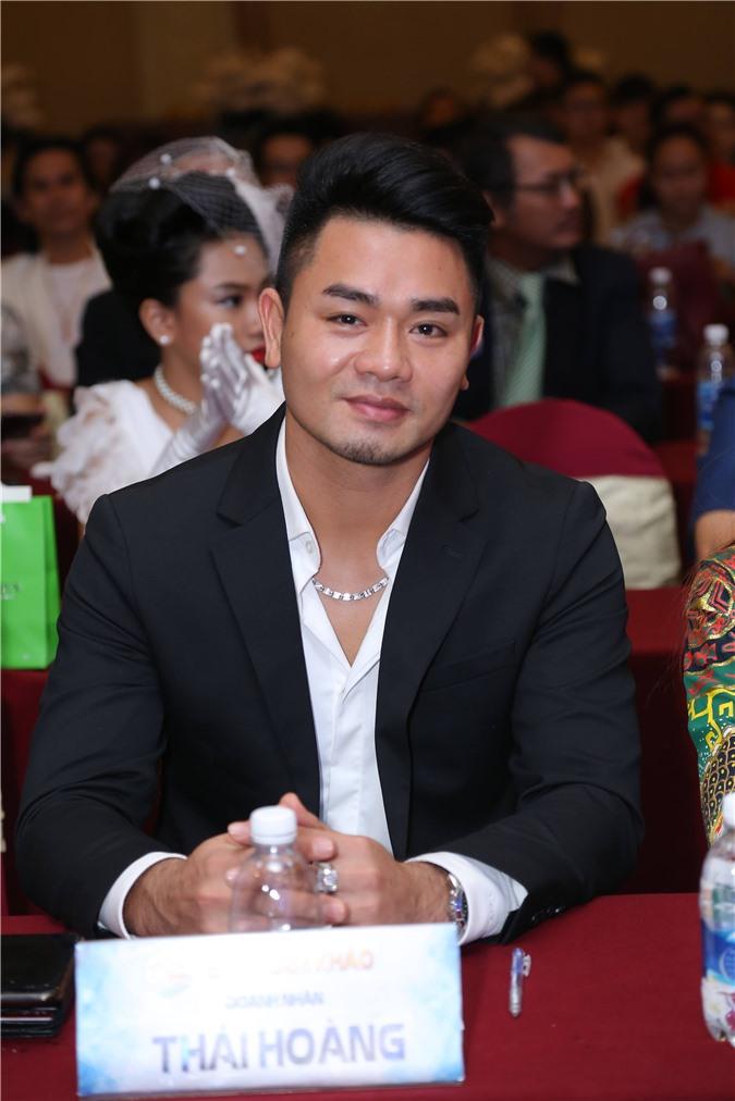 """Doanh nhân Thái Hoàng khoe vẻ điển trai, lịch lãm ngồi ghế giám khảo chung kết """"Doanh nhân Tài năng"""""""