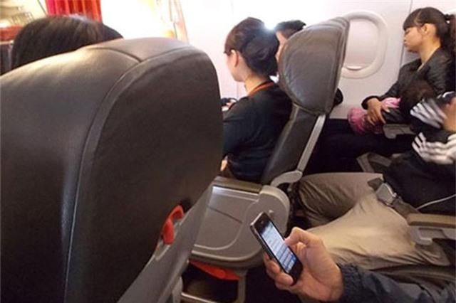 Dùng điện thoại trên máy bay có thể bị phạt từ 3-5 triệu đồng