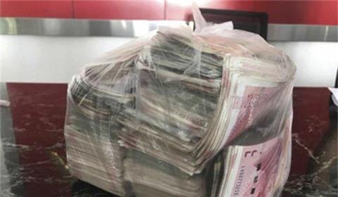 Nhặt túi tiền hơn 500 triệu đồng, trả lại người mất và từ chối tiền thưởng - ảnh 1