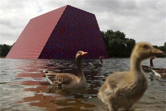 Sửng sốt với kim tự tháp đồ sộ trên mặt nước - Ảnh 3.