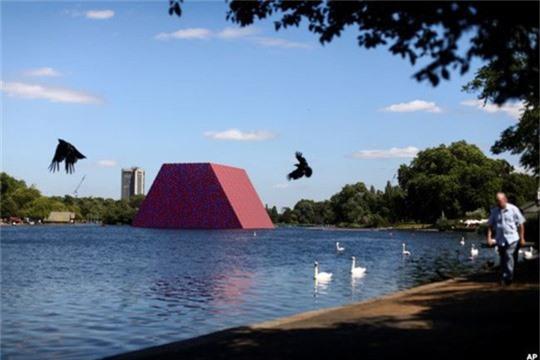 Sửng sốt với kim tự tháp đồ sộ trên mặt nước - Ảnh 5.