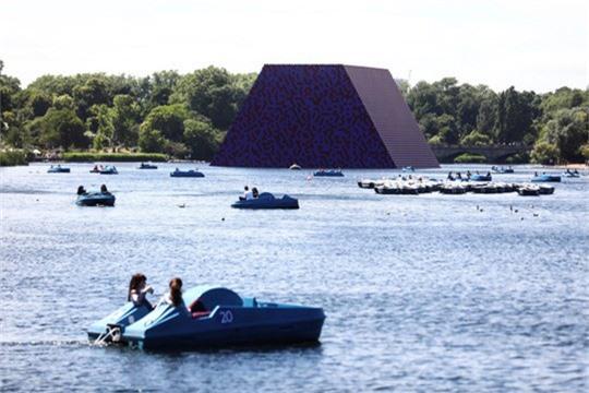 Sửng sốt với kim tự tháp đồ sộ trên mặt nước - Ảnh 6.