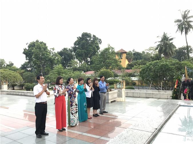 Đại diện Doanh nghiệp các tỉnh báo công tới các anh hùng liệt sĩ. Ảnh: Ánh Tuyết