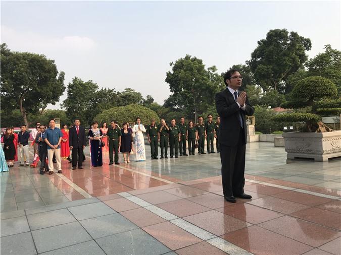 Đồng chí Tô Hoài Nam cùng hơn 100 đại diện các doanh nghiệp tiêu biểu báo công tới các anh hùng liệt sĩ. Ảnh: Ánh Tuyết
