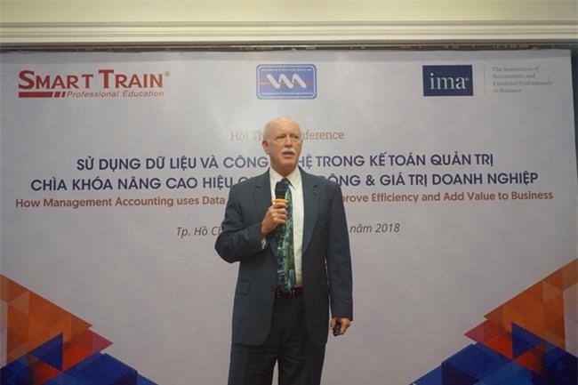 Ông Larry White, thành viên cấp cao Ban điều hành của IMA, chia sẻ tại hội thảo (ảnh: DM).