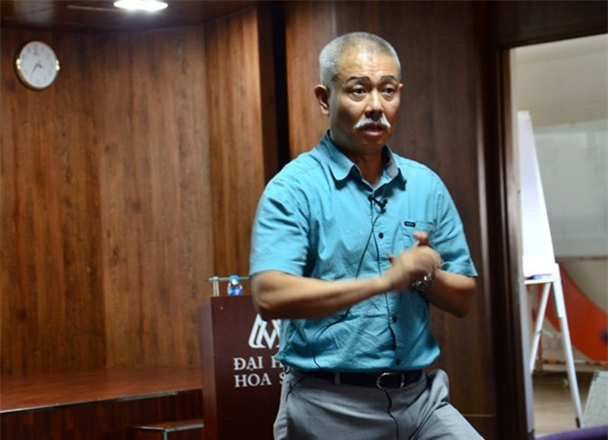 GS Trương Nguyện Thành tại buổi nói chuyện.
