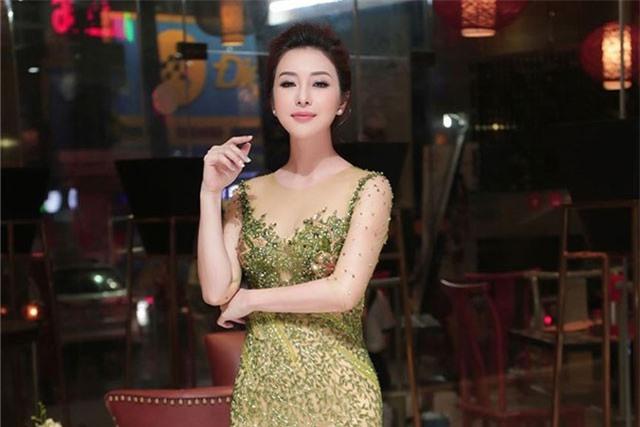 Jennifer Phạm mặc xuyên thấu, tình tứ cùng ông xã doanh nhân ở event